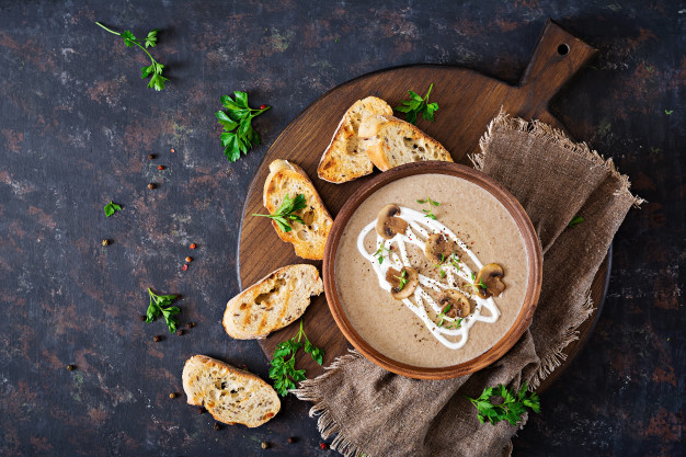 Jemná houbová krémová polévka