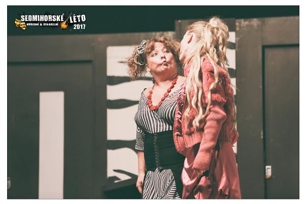 Sedmihorské léto odstartovalo skvělou komedií Miláček Anna, kdy se bavilo nejen publikum, ale také samotní herci. Z původně dvouhodinového představení se stal tříhodinový herecký happening. Po kliknutí na fotografii se vám otevře celá fotogalerie.